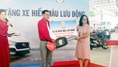 Công ty TNHH MTV XSKT TPHCM trao tặng xe hiến máu nhân đạo cho Hội Chữ thập đỏ TPHCM