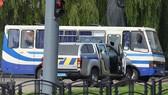 Cảnh sát nỗ lực tiếp cận đối tượng. Ảnh: Reuters/TTXVN