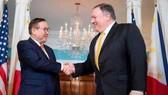 Ngoại trưởng Philippines Teodoro Locsin và người đồng cấp Mỹ Mike Pompeo. Nguồn: Bloomberg