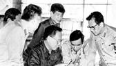 Đồng chí Lê Khả Phiêu (đứng giữa) cùng dự họp, thông qua quyết tâm tiến công căn cứ Cácđamôn (mùa khô 1984-1985). Ảnh tư liệu