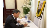 Giám đốc Sở Ngoại vụ TPHCM Lê Quang Long viếng và ghi sổ tang tại Tổng Lãnh sự quán Ấn Độ. Nguồn: Thanhuytphcm