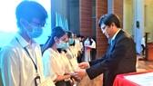PGS-TS Nguyễn Minh Tâm, Phó Giám đốc ĐH Quốc gia TPHCM, trao học bổng cho sinh viên có hoàn cảnh khó khăn, học giỏi