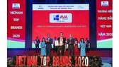 Ông Nguyễn Văn Âu - Giám đốc dự án khối Nhôm kính đại diện AVA Windows đón nhận danh hiệu Top 10 Thương hiệu hàng đầu Việt Nam 2020
