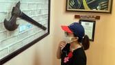 Du khách tham quan bảo tàng vũ khí cổ tại Bà Rịa - Vũng Tàu