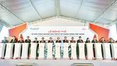 Các đại biểu nhấn nút phát tín hiệu bắt đầu lễ động thổ Tổ hợp công nghiệp phụ trợ ô tô Thành Công Việt Hưng