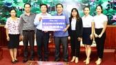 Đại diện Công đoàn BIDV trao bảng trượng trưng hỗ trợ 500 triệu đồng cho tỉnh Quảng Trị