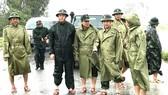 Thiếu tướng Nguyễn Văn Man, Phó Tư lệnh Quân khu 4 (hàng đầu, thứ hai từ phải qua) dẫn đầu đoàn công tác cứu hộ công nhân nhà máy thủy điện Rào Trăng 3, thị sát tình hình mưa lũ và chỉ đạo công tác cứu hộ, giúp đỡ người dân tại huyện Phong Điền, Thừa Thiê