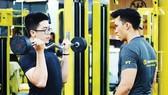 Hướng dẫn tập luyện gym - fitness tại một trung tâm thể thao ở quận 3, TPHCM. Ảnh: P.NGUYỄN