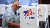 Người dân Mỹ đi bỏ phiếu. Ảnh: The Guardian