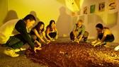 Bạn trẻ tương tác với tác phẩm trong một triển lãm nghệ thuật sắp đặt tại TPHCM vào tháng 10 vừa qua
