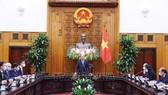 Thủ tướng Nguyễn Xuân Phúc với cựu Phó Thủ tướng CHLB Đức Phillip Rosler và các thành viên trong đoàn. Ảnh: Thống Nhất/TTXVN