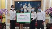 Đại diện Báo SGGP và Công ty TNHH Grab Việt Nam đã trao ủng hộ Quỹ cứu trợ của TPHCM 1 tỷ đồng
