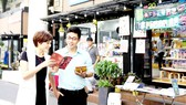 Không gian văn hóa, đa dạng là điểm nổi bật thu hút khách đến tham quan, mua sách tại Đường sách TPHCM. Ảnh: DŨNG PHƯƠNG