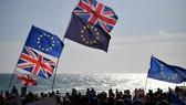 Cờ Liên minh châu Âu và quốc kỳ Anh trong cuộc tuần hành của các nhà hoạt động xã hội ở Brighton, miền Nam Anh. Nguồn: TTXVN