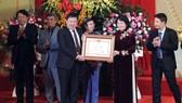 Phó Chủ tịch nước Đặng Thị Ngọc Thịnh đã trao danh hiệu Anh hùng Lao động thời kỳ đổi mới cho Nhà hát Ca múa nhạc Việt Nam. Ảnh: ĐCSVN
