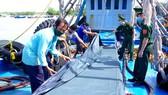 Bộ đội Biên phòng tỉnh Bà Rịa - Vũng Tàu phát hiện, bắt giữ một vụ buôn lậu xăng dầu trên biển năm 2020