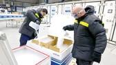 Đá khô được sử dụng trong trữ lạnh vaccine phòng Covid-19 tại Đức
