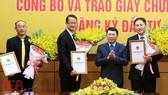 Trao Giấy chứng nhận đăng ký đầu tư và tặng hoa chúc mừng các nhà đầu tư. Ảnh: BGP