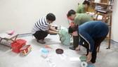 Cơ quan chức năng kiểm tra các loại hóa chất, dụng cụ chế pháo hoa tại nhà của một học sinh lớp 10