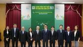 Ông Chamnan Wangakkarangkul, Phó TGĐ Điều hành kiêm Chủ tịch Hội đồng phát triển nguồn cung ứng bền vững (người đứng thứ năm từ phải qua), cùng BLĐ CPV chụp ảnh lưu niệm với ông Trần Quang Khánh, Giám đốc kỹ thuật Công ty SGS Việt Nam
