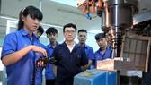 Thầy trò ngành Bảo trì máy CNC và sửa chữa ô tô Trường Cao đẳng Kỹ thuật Lý Tự Trọng
