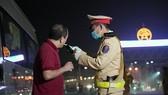 Cảnh sát giao thông kiểm tra nồng độ cồn tài xế tại tuyến cao tốc Pháp Vân - Cầu Giẽ