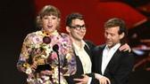 Taylor Swift thắng giải Album của năm tại lễ trao giải Grammy 2021. Ảnh: GETTY IMAGES
