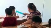 Quảng Ngãi điều ra làm rõ clip người phụ nữ dùng thước kẻ đánh liên tiếp vào học sinh