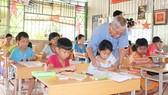 Ông giáo Ngô Tùng Bích đang luyện chữ cho học sinh nghèo vùng biên