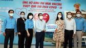 Ông Dương Hồng Nhân, Chủ tịch Hội đồng thành viên Sawaco, thay mặt người lao động tổng công ty trao tiền ủng hộ mua vaccine Covid-19