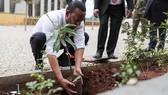 Thủ tướng Ethiopia Abiy Ahmet tham gia trồng cây xanh cùng người dân. Ảnh: The Guardian