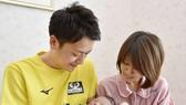 Nhật Bản khuyến khích nam giới nghỉ phép chăm vợ sinh con
