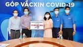 Hiệu trưởng Trường THPT Nguyễn Du (quận 10) Huỳnh Thanh Phú đại diện CBNV nhà trường đóng góp Quỹ Vaccine phòng Covid-19