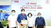Nhà văn Bình Ca nhận giải Khát vọng Dế Mèn tại giải thưởng Dế Mèn lần 2