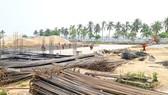 Giá VLXD tăng cao khiến hàng ngàn công trình xây dựng tại miền Trung bị tăng vốn. Ảnh: MINH PHONG