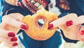 Quảng cáo đồ ăn vặt khiến tác động đến thói quen ăn uống của trẻ em. Ảnh: Reuters