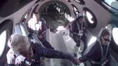 Tỷ phú Richard Branson chúc mừng phi hành đoàn trên máy bay chở tên lửa VSS Unity của Virgin Galactic sau khi họ bay lên rìa không gian. Nguồn: Reuters