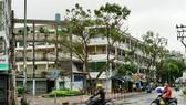 Dãy chung cư trên đường Khánh Hội (quận 4) xuống cấp trầm trọng. Ảnh: HOÀNG HÙNG