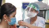 Tiêm vaccine Covid-19 đợt 4 tại TPHCM. Ảnh: HOÀNG HÙNG