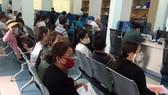 Người dân Tây Ninh nộp hồ sơ giải quyết thủ tục hành chính tại Trung tâm hành chính công