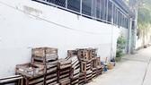 Cơ sở Tân Tín Văn đưa mấy tấm pallet cũ mục ra chiếm dụng đường hẻm