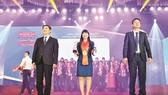 Bà Trịnh Thị Hồng Vân, Phó Tổng Giám đốc  Công ty Yến sào Khánh Hòa vinh dự nhận Chứng nhận Thương hiệu mạnh Việt Nam 2018