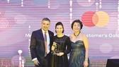 Bà Trần Thị Minh Thảo - Giám đốc Khối Dịch vụ Ngân hàng và Tài chính  Cá nhân (DVNH & TCCN) của SCB nhận giải thưởng từ Mastercard