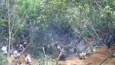Khu vực núi đá (bãi Bưởi), xã Liễu Đô, huyện Lục Yên có hàng trăm người dân rầm rộ lên khai thác đá quý. Ảnh: TTXVN