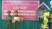 Thiếu tướng Nguyễn Thanh Bảnh, Ủy viên Đảng Ủy, Phó Tư lệnh Bộ Tư Lệnh CSCĐ trao Bằng khen tập thể xuất sắc cho Trung đoàn CSCĐ Đông Nam TPHCM