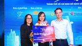 Hướng dẫn viên Dương Thùy Dung nhận giải nhất bảng B dành cho hướng dẫn viên nội địa