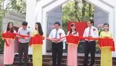 Các vị lãnh đạo thực hiện nghi thức cắt băng khánh thành Khu di tích lịch sử Trường Nguyễn Ái Quốc miền Nam. Ảnh: baotayninh.vn