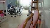 Camera ghi lại hình ảnh kẻ gian rình trộm xe của chị Phạm Thị Ngọc Hạnh