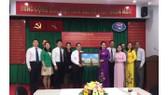 Đảng ủy Khối Dân - Chính - Đảng TPHCM tặng bức chân dung Chủ tịch Hồ Chí Minh đến Đoàn đại biểu Đảng ủy Khối các cơ quan trực thuộc TP Nam Ninh