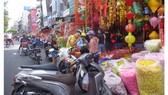 Chiếm dụng vỉa hè để bán hàng, nguy cơ gây tai nạn